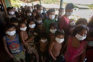 Niños indígenas esperan para recibir atención médica en Auaris (Brasil).