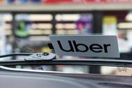Una pegatina de Uber en el parabrisas de un vehículo.