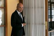El ex presidente de la Junta, Manuel Chaves, en el momento de abandonar la comisión en el Parlamento.