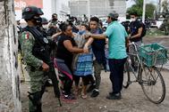 Una  mujer es atendida en la escena del crimen cometido el miércoles en Guanajuato.