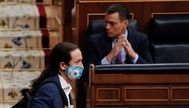 """MADRID.- El vicepresidente segundo del Gobierno, lt;HIT gt;Pablo lt;/HIT gt; lt;HIT gt;Iglesias lt;/HIT gt;, pasa ante el presidente del mismo, lt;HIT gt;Pedro lt;/HIT gt; lt;HIT gt;Sánchez lt;/HIT gt;, durante su intervención en la primera sesión de control al Ejecutivo en el Congreso tras el fin del estado de alarma y en víspera de que la Cámara Baja debata el decreto de medidas para la """"nueva normalidad"""" que el PP está dispuesto a apoyar siempre y cuando el Gobierno acepte algunas de sus demandas para profundizar en la recuperación económica."""