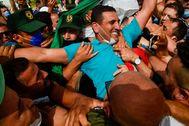 Seguidores de Karim Tabbou le reciben al salir de la cárcel de Kolea (Tipaza), este jueves.