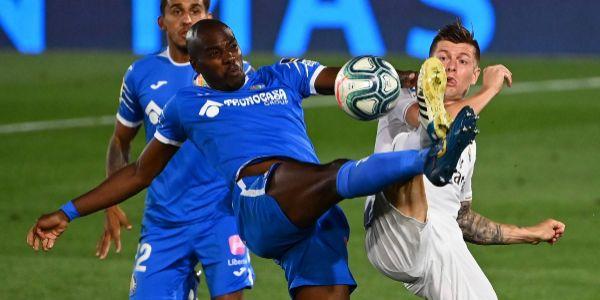 Nyom y Kroos pugnan por un balón dividido.