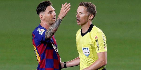 Messi, junto a Hernández Hernández, el martes en el Camp Nou.