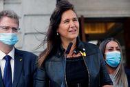 La diputada de JxCat Laura Borràs se dirige a los medios de comunicación a las puertas del Congreso.