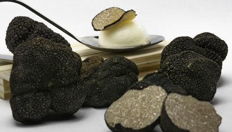 Esfera de queso manchego con trufa negra.