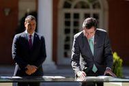 El presidente del Gobierno, Pedro Sánchez, y el máximo responsable de CEOE, Antonio Garamendi, en los jardines de Moncloa.