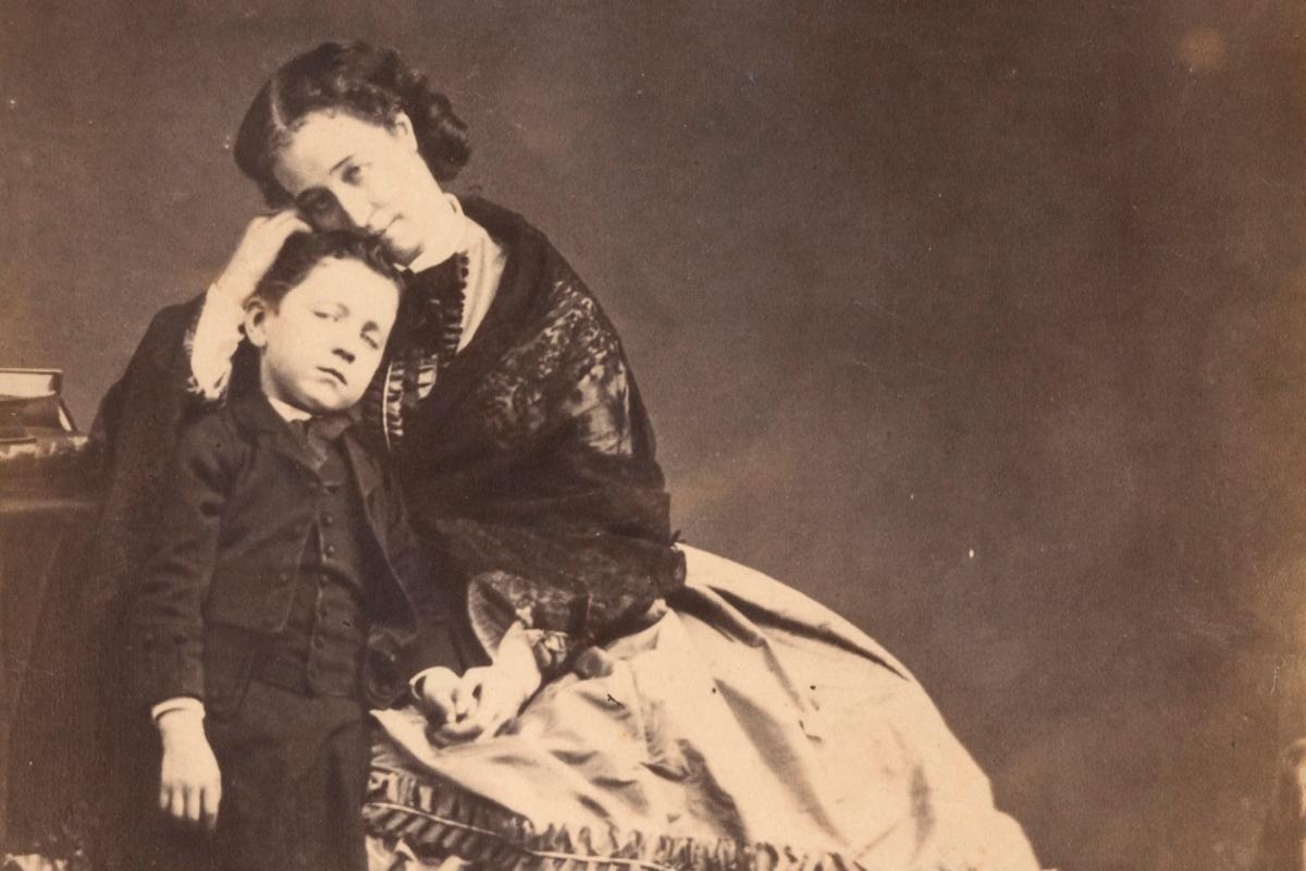 La emperatriz, en una imagen tomada junto a su hijo en 1862.