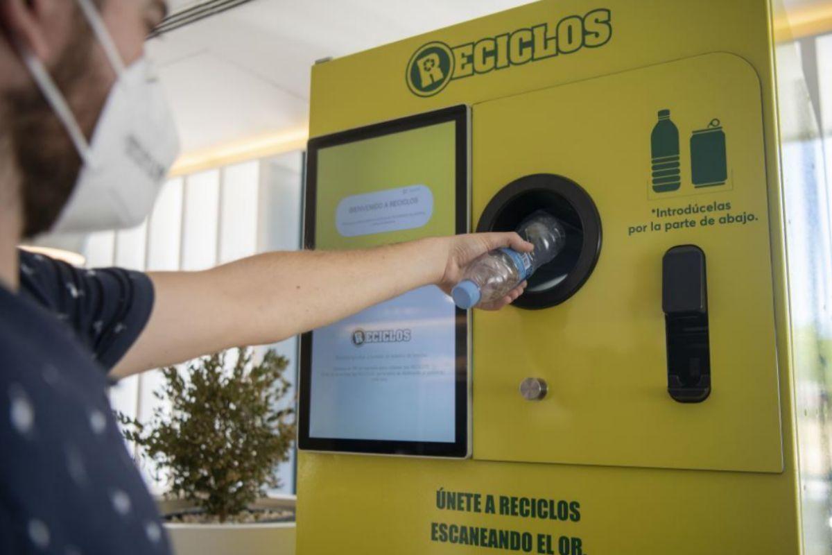 Un usuario utiliza el primer sistema de devolución y recompensa en España