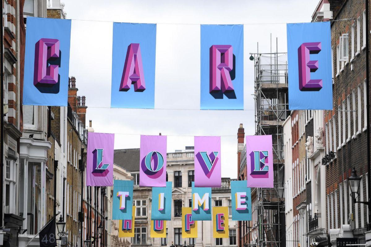 Homenaje a los trabajadores esenciales en una calle de Londres.