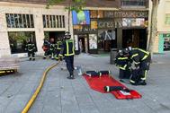 Los bomberos a las puertas del Cine Embajadores, este viernes.