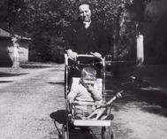 Alberto Núñez Feijóo, de niño, con su abuela Eladia. ÁLBUM FAMILIAR