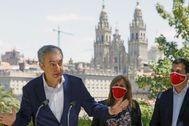 José Luis Rodríguez Zapatero, junto al candidato socialista a la Xunta, Gonzalo Caballero, en Santiago de Compostela.