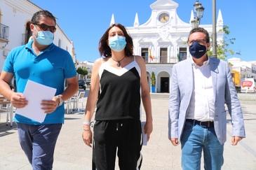El alcalde de Cartaya, Manuel Barroso, junto a Loles López y Manuel Andrés González.
