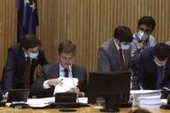 Miembros de los grupos organizan las enmiendas en los momentos previos a la reanudación de la Comisión por la Reconstrucción.