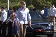 Don Juan Carlos, en Sevilla junto al Mercedes-Benz Maybach S 600 Guard.