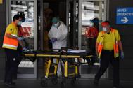 Sanitarios con una camilla frente al Hospital Arnau de Vilanova en Lérida.