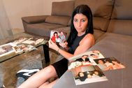 Mamen Trigo, con las fotos de sus padres.
