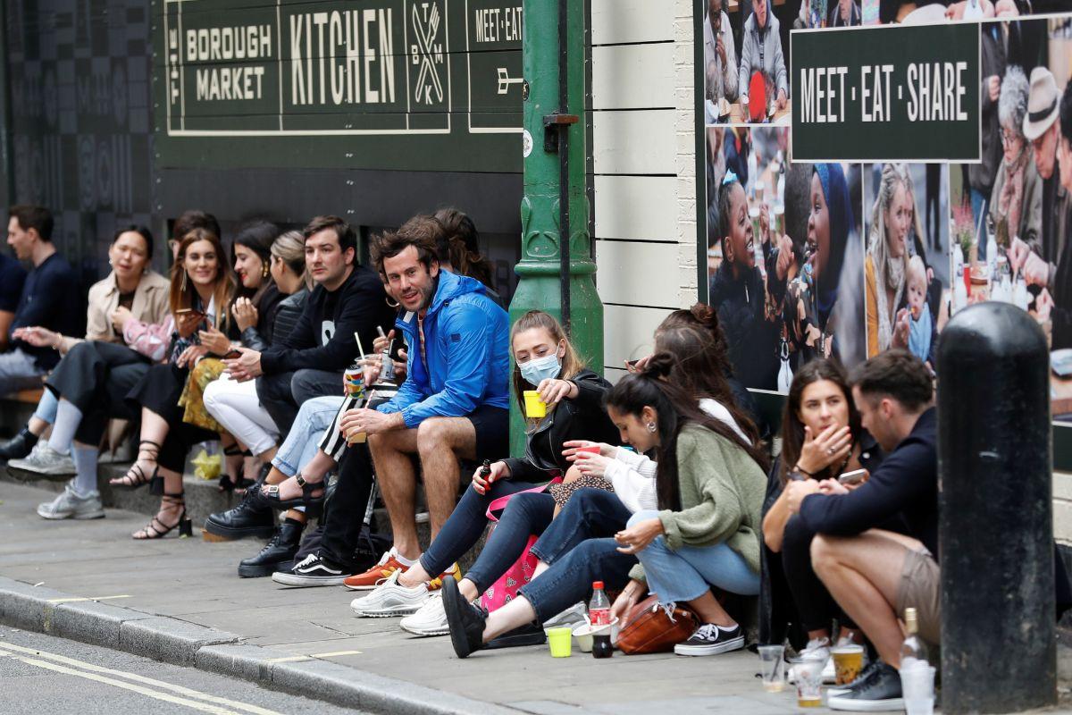 Grupos de jóvenes bebiendo en la calle, en Londres.