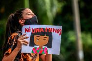 Manifestante en una protesta contra la violación de niñas en Colombia