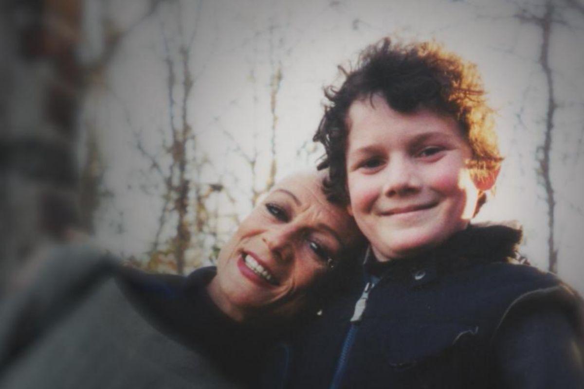 Anton Yelchin con su madre irina en 'Con amaro, Antosha'.