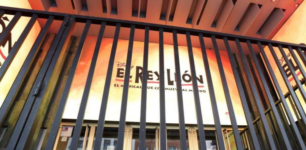 Teatro Lope de Vega, donde se representa el Rey León, con la cancela echada