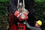 Un empleado colabora en la retirada de la estatua de Leopoldo II, en Bélgica, objeto de ataques.