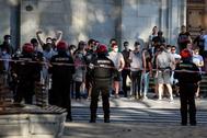 Contramanifestantes tras el cordón policial.