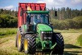 El líder de Vox, Santiago Abascal, conduce un tractor en su paso en campaña electoral por Lugo.