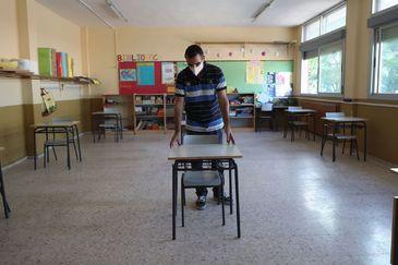 Un profesor prepara la vuelta en el colegio Jaime Vera de Torrejón de Ardoz (Madrid).
