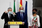 El ministro del Interior, Fernando Grande-Marlaska, en Algeciras junto a la delegada del Gobierno en Andalucía, Sandra García, y el subdelegado en Cádiz, José Pacheco.