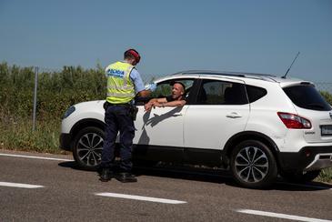 """GRAF2444. EL lt;HIT gt;SEGRIË lt;/HIT gt;.- Un Mosso d'Esquadra realiza un control de carreteras en la comarca del lt;HIT gt;Segrià lt;/HIT gt;, este sábado. El alcalde de Lleida, Miquel Pueyo, ha asegurado que ante el confinamiento de la comarca del lt;HIT gt;Segrià lt;/HIT gt; a causa de los brotes por coronavirus, """"ahora es momento de serenidad, sangre fría y comprensión""""."""