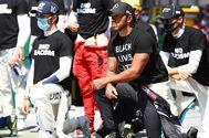 """Lewis Hamilton y Pierre Gasly se arrodillan al inicio del GP de Fórmula 1en  Austria en solidaridad con el movimiento antirracista """"Black Lives Matter"""""""