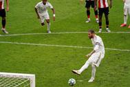 Serio Ramos lanza el penalti, en San Mamés.