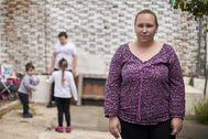 Silvia Núñez, con sus tres hijos, en la casa de la que les van a desahuciar.