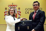 La ministra de Economía, Nadia Calviño, y su antecesor en el cargo, Román Escolano.
