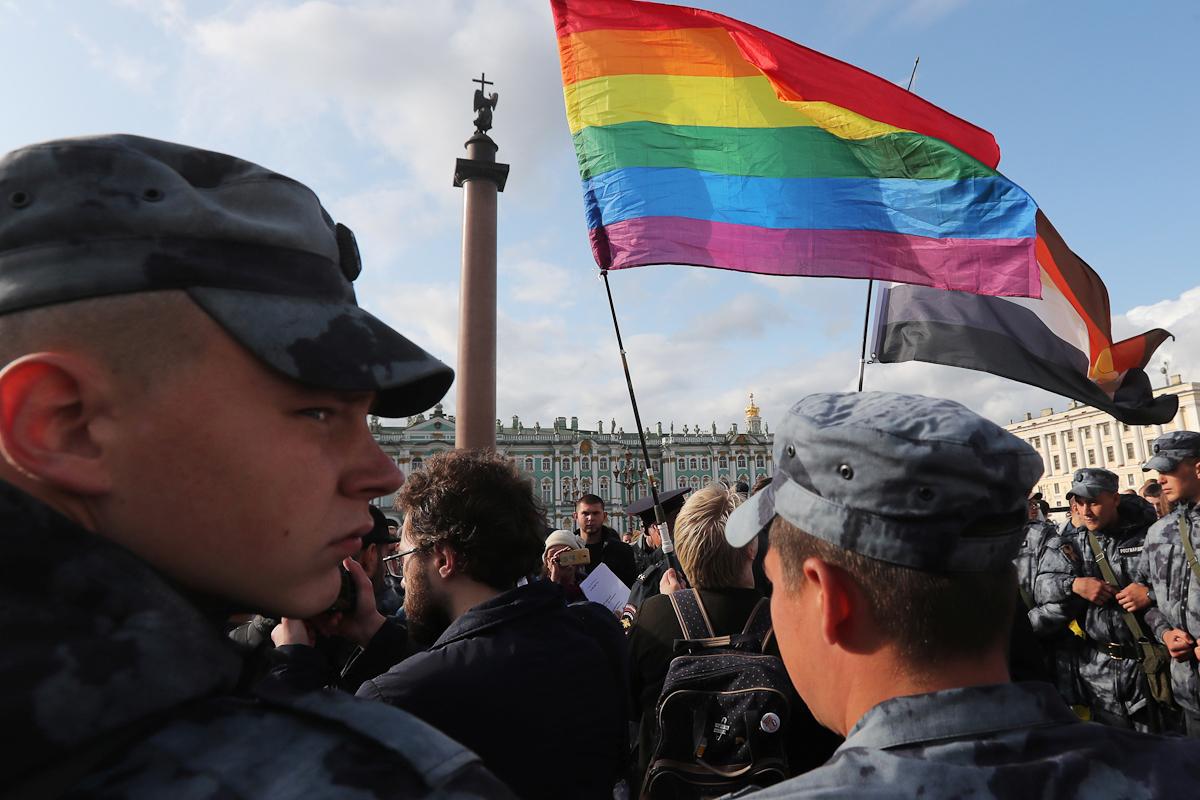 Agentes policiales bloquean una manifestación de la comunidad LGB en San Petersburgo.