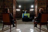 Carlos Lesmes (izqda.) y el director de la RAE, Santiago Muñoz Machado, en videoconferencia con Pedro Sánchez.