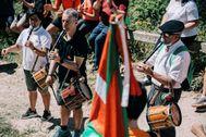 El lehendakari y candidato del PNV, Íñigo Urkullu, toca el txistu en un acto electoral en la cima del monte Zaldiaran.