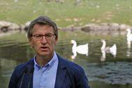 Feijóo, en un parque de Santiago en Compostela.