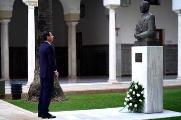 El presidente de la Junta, Juanma Moreno, ante la estatua de Blas Infante en el Parlamento.