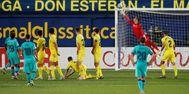 Libre directo de Messi contra el larguero de Asenjo.