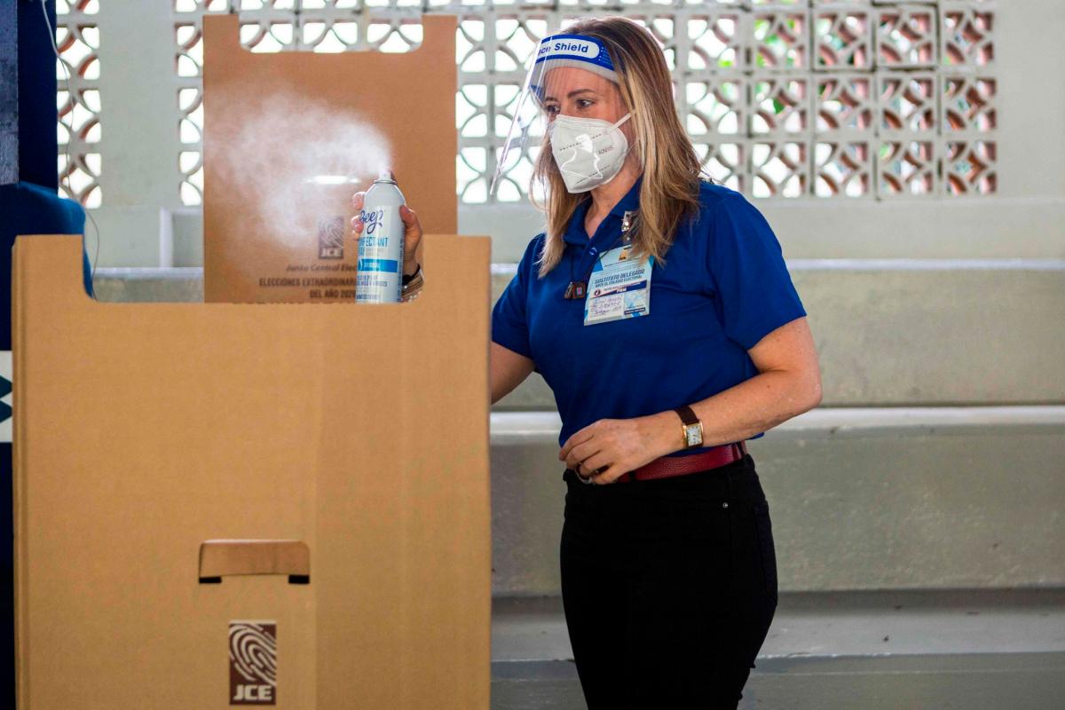 Desinfecciones de urnas durante las elecciones, en Santo Domingo.