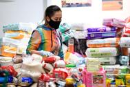 Voluntarios recogen productos básicos para la población vulnerable en Melbourne.