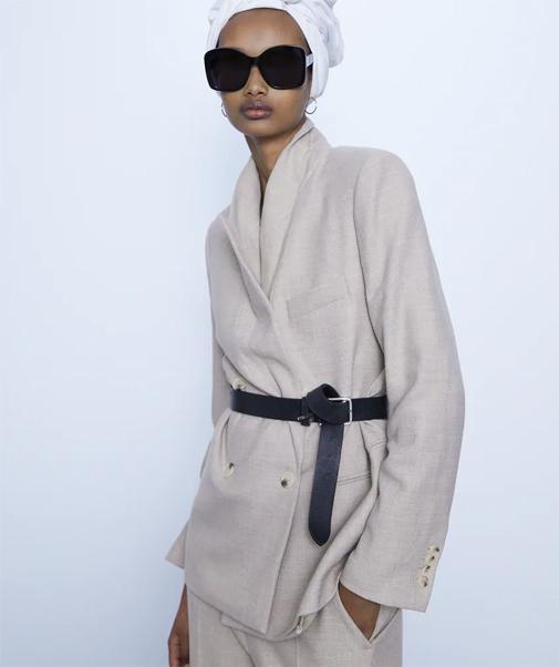 Blazer recta cruzada con cuello y solapa. Es de Zara y ahora está rebajada un 60%, cuesta solo 29,99 euros.