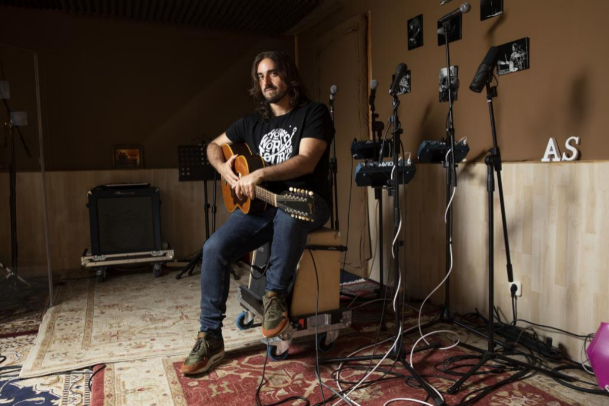 El cantautor Andrés Suárez, en su estudio de Madrid.
