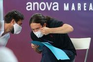 Pablo Iglesias con el candidato gallego, este domingo en Vigo. ROSA GONZÁLEZ