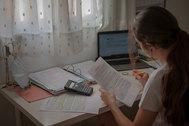 Una alumna prepara sus exámenes de Selectividad con sus apuntes en su casa de Sevilla.