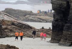 Turistas con mascarillas en la Playa de las Catedrales en Ribadeo, Lugo