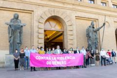 La corporación municipal con la pancarta de protesta durante la concentración.